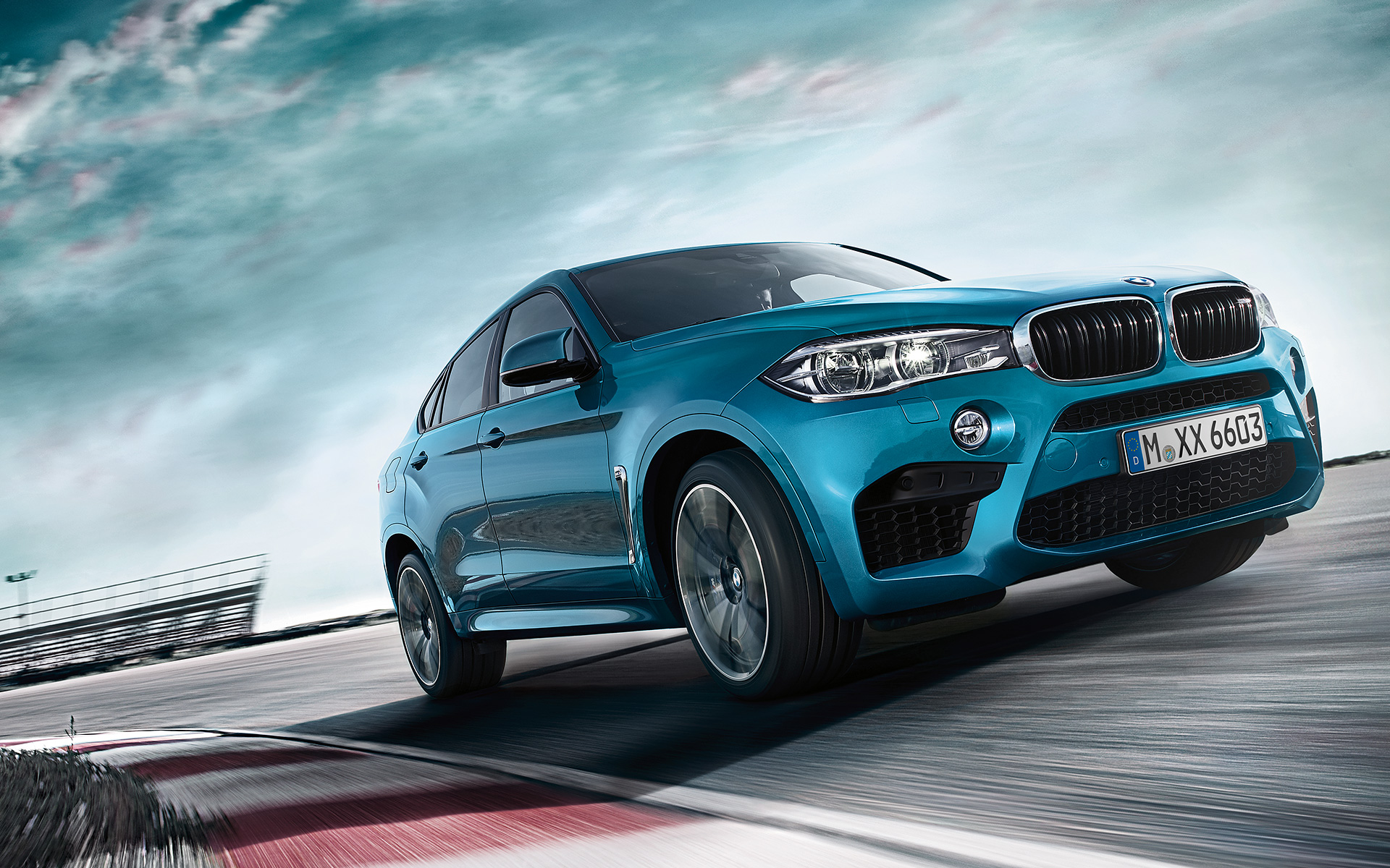 BMW X6 M - Front View racetrack driving