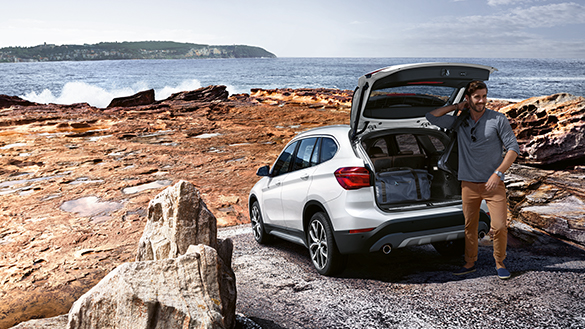BMW X Series X1: open trunk vehicle, stop by the beach.