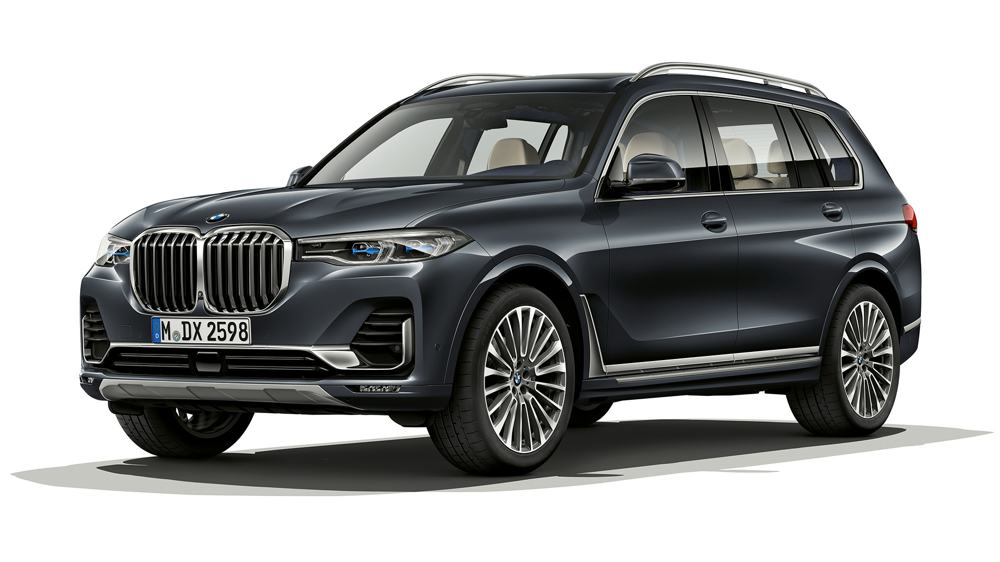 Studio shot of the BMW X7 three-quarter front view in Design Pure Excellence.