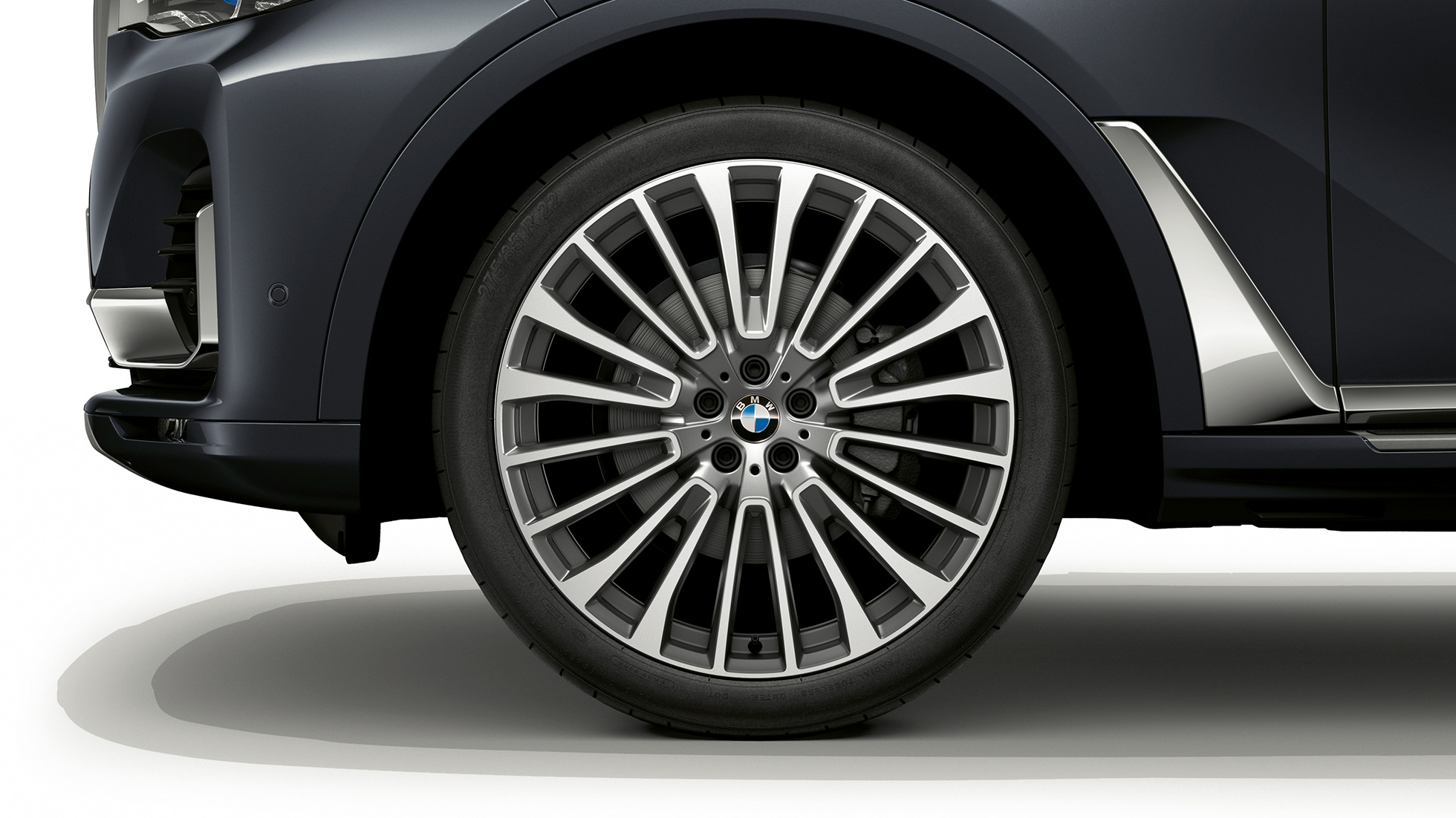 Close-up of the light alloy wheel of the BMW X7 with Design Pure Excellence features.