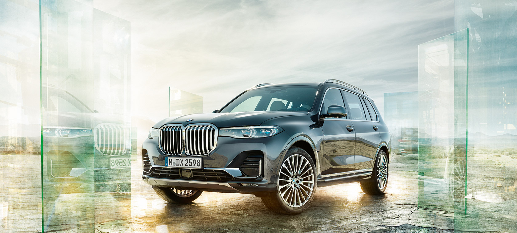 The BMW X7 in the three-quarter front view in front of the desert background