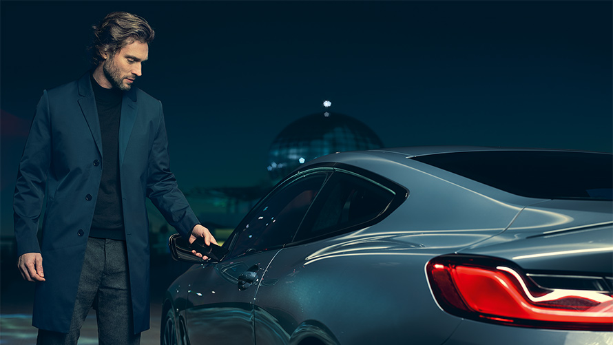 BMW 8 Series Coupe: new tech car key closure.