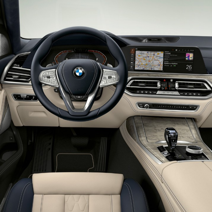 Frontal close-up of the driver's cockpit of the BMW X7 with Design Pure Excellence features
