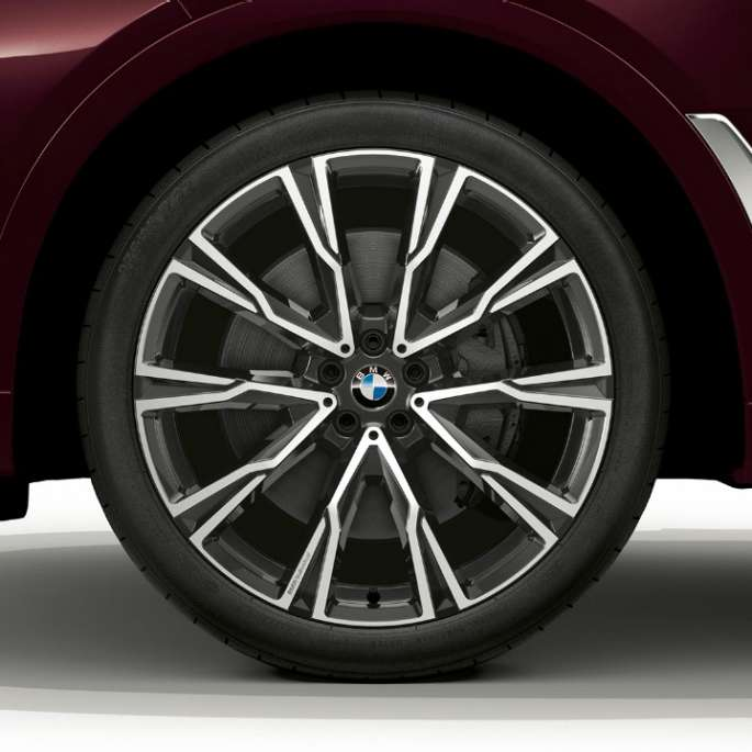 Close-up of the light alloy wheel of the BMW X7 with M Sport Package features.